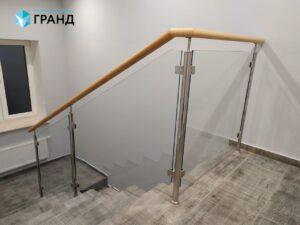 Ограждение лестницы на стойках, поручень ольха