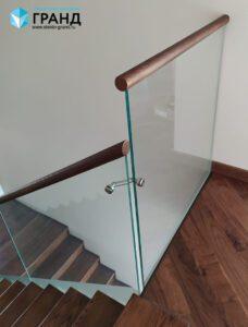 Ограждение лестницы на точках, поручень бук