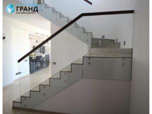 Ограждение лестницы из стекла на точках, поручень дуб